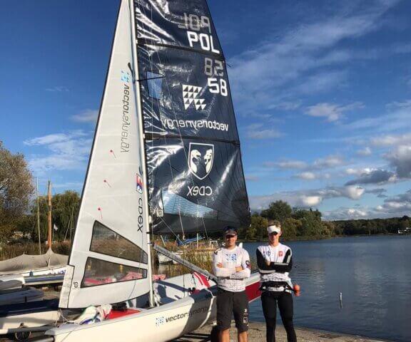 Dwójka młodych żeglarzy uczestnicząca w regatach Nautica 450